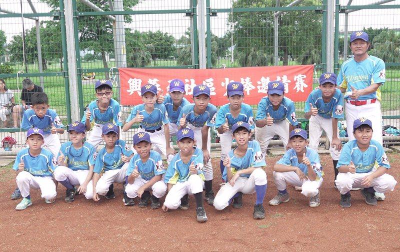親子勇士由前職棒球員方復興(牛復興)擔任總教練。 賽事特約記者王婉玲/攝影