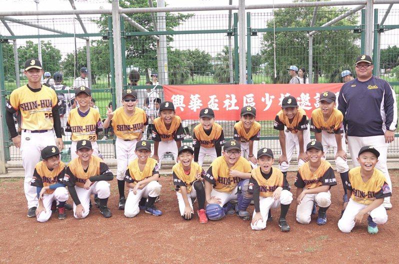 興華社區棒球隊使用的新北市大都會球場是二重國中校隊ˋ訓練場地。 賽事特約記者王婉玲/攝影