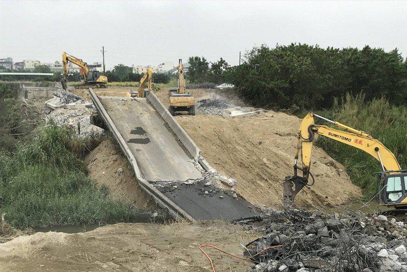 台南市鹽水溪歸仁區七甲橋改建中,預計明年2月完工可突破防洪頸段。記者吳淑玲/翻攝