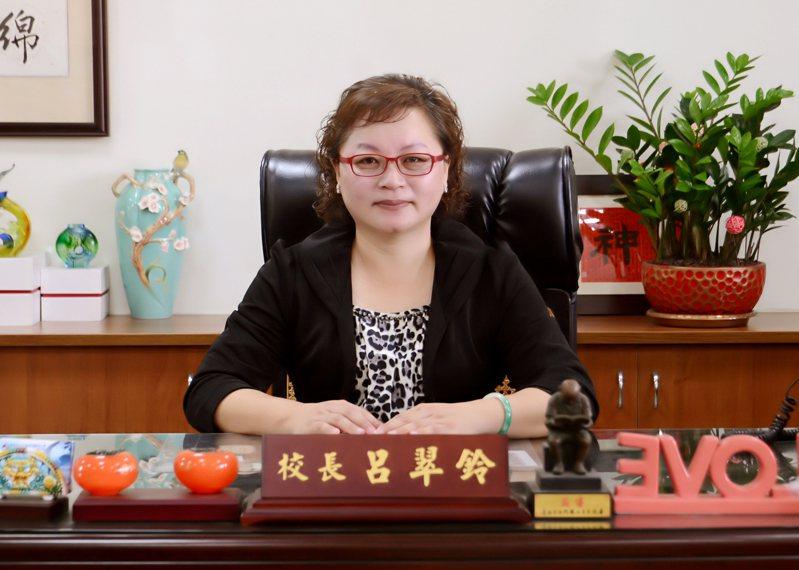台南市西門實小校長呂翠鈴獲選南市師鐸獎,代表參加全國師鐸獎選拔。圖/南市教育局提供