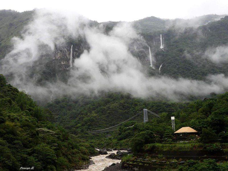 豪雨過後阿里山達娜伊谷出現限時夢幻飛瀑群。圖/山美社區發展協會提供