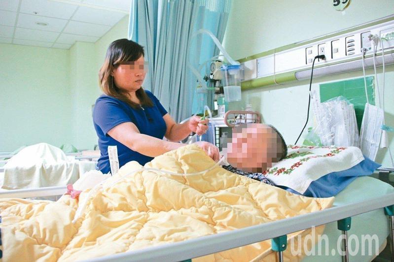 看護一直短缺,疫情中更加嚴重。家總希望推動「全責照護」,由醫院與衛福部照護司「共聘」看護,醫院統籌訓練和排班,提供住院病人一對多的照顧。本報資料照片