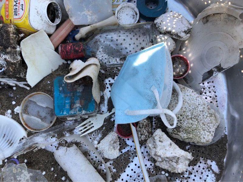 新冠肺炎疫情全球流行,國際上不少因人類減少活動,動植物獲得喘息復育的消息。台灣疫情控制得宜,沒有封城,淨灘、淨溪團體紛表示垃圾量「除了出現比較多口罩沒有太大的變化」,無法被分解的口罩恐對環境造成負擔。圖/一起手護台灣提供