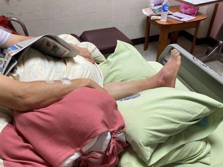 61歲病患右腳趾踢到受傷惡化成蜂窩性組織炎,就醫時傷口深可見骨,幸經治療才逐漸好...