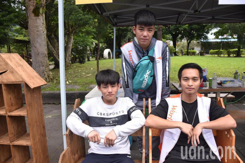 太魯閣族高二生林偉祥(前排左)與朋友一起參加木工班,誇讚自己做的木椅舒適。記者王思慧/攝影