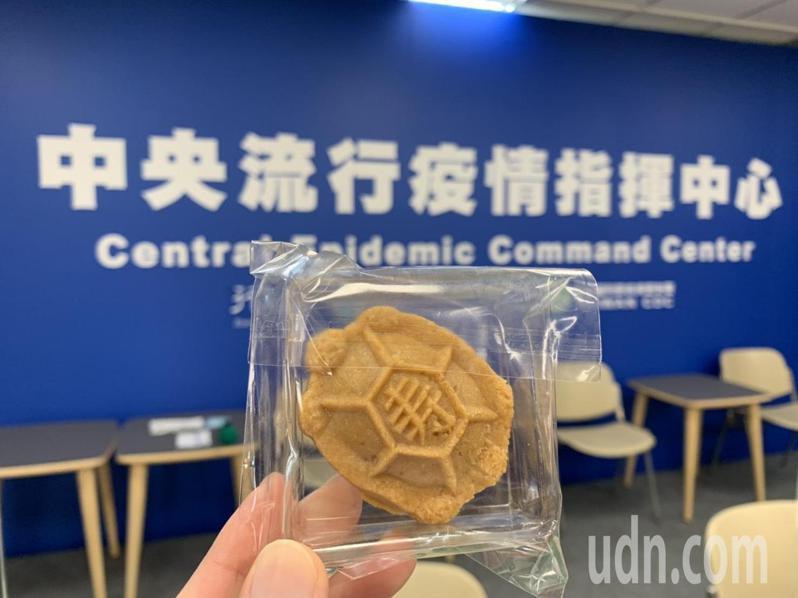 台北市西松國小學童製作「平安龜」贈送給指揮中心,希望天天個案歸零。記者陳雨鑫/攝影