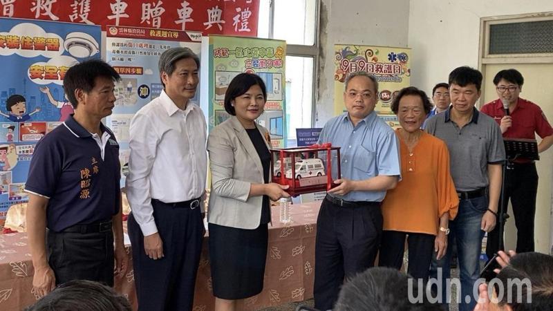 辰浩負責人陳耀峯(左四)為東勢鄉人,今天捐贈一部救護車回饋故鄉,由雲林縣長張麗善(左三)代表接受。記者蔡維斌/攝影