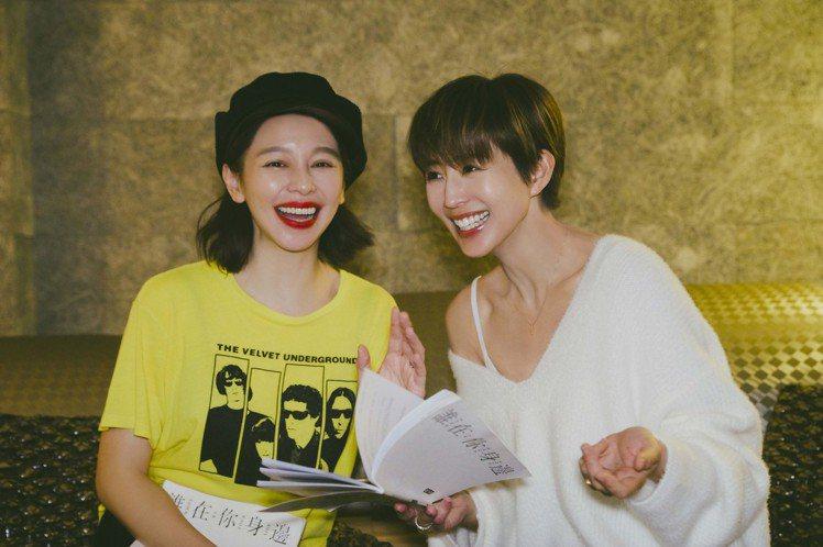 徐若瑄(左)、張鈞甯在戲裡飾演姐妹,戲外也會聊天到凌晨3點。圖/頤東娛樂提供