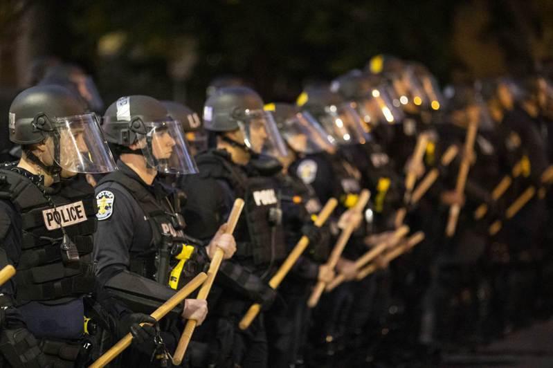 美國各地爆發示威,圖為肯塔基州警方以人牆阻擋抗議群眾。法新社