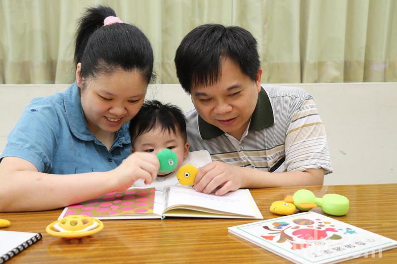 平哥(右)和婷婷(左)帶著6個月大的小宣(中)參加送子鳥學堂親子共讀。記者施鴻基/攝影
