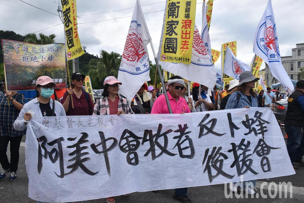 台灣基督長老教會牧者今天參加反卜蜂抗議遊行,拒絕在花蓮設養雞場。記者王思慧/攝影