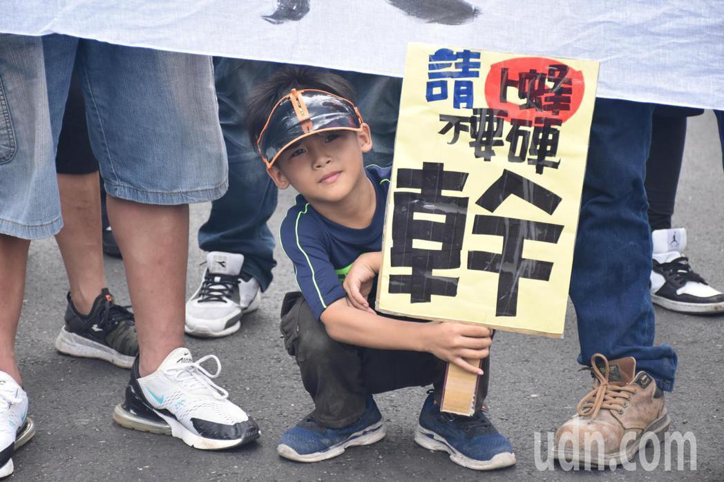 有小朋友跟著家人參與反卜蜂遊行抗議,拒絕卜蜂養雞場設在花蓮。記者王思慧/攝影