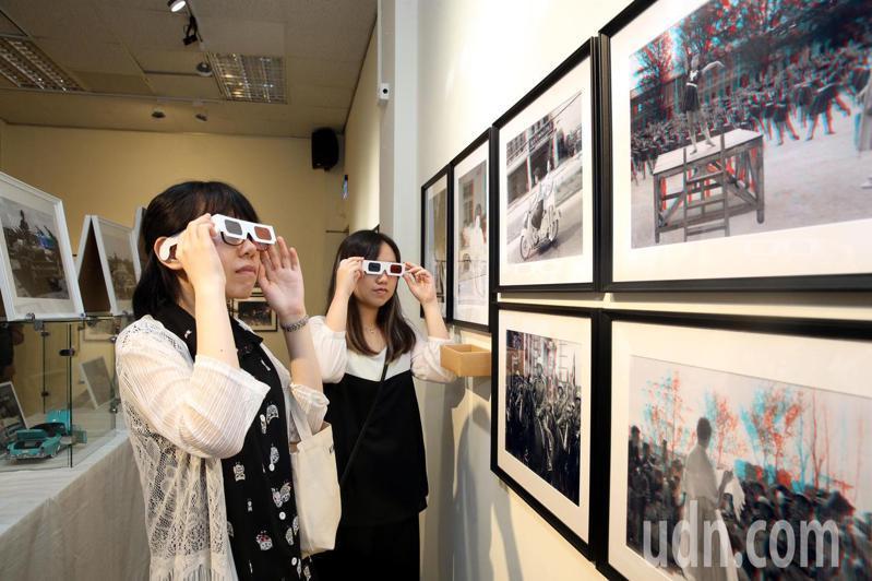「那‧時髦-《聯合報》新聞圖像的文創想像」特展,藉由古老影像處理技術與創新展現手法,讓老照片以3D影線呈現。 記者林俊良/攝影