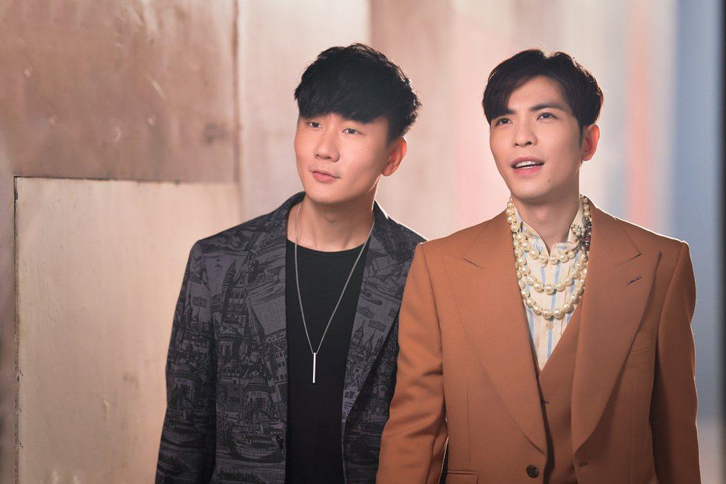 林俊傑(左)與蕭敬騰相識多年,首度音樂合作新歌「Hello」。圖/華納音樂提供