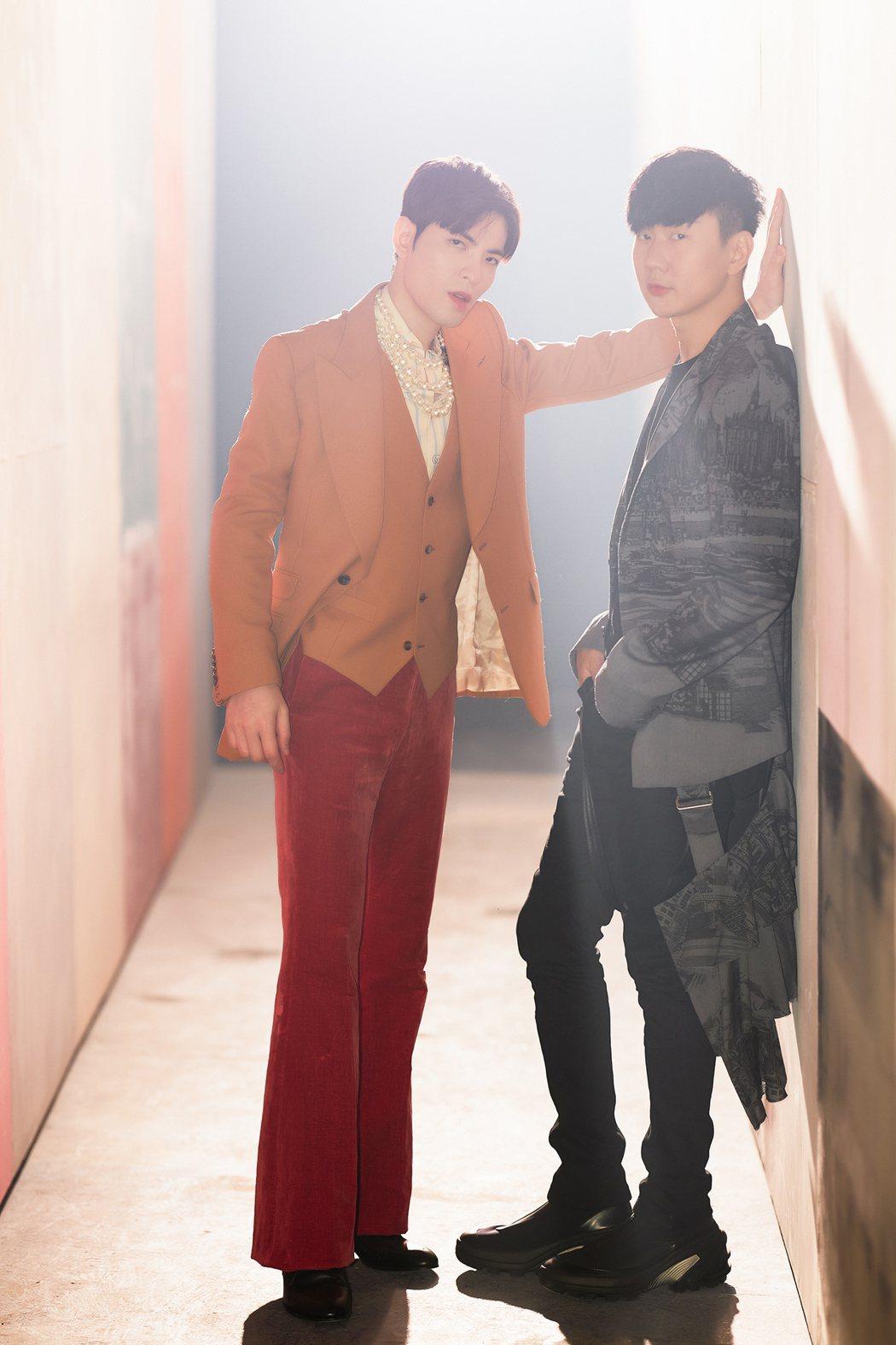 林俊傑(右)與蕭敬騰相識多年,首度音樂合作新歌「Hello」。圖/華納音樂提供
