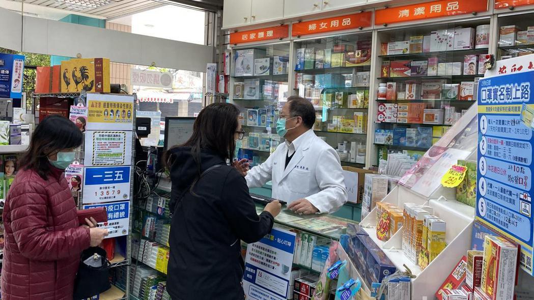 台中市藥師公會理事長蕭彰銘(右)說,六月一日後,口罩實名制與自由買雙軌並行,這二...