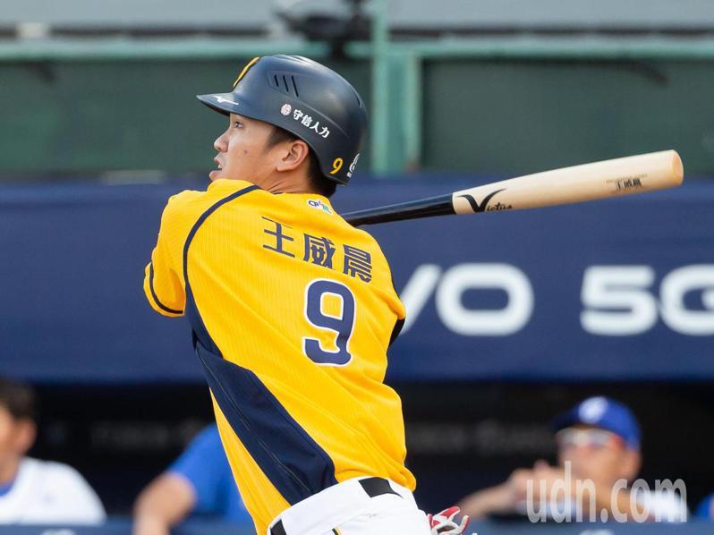 王威晨在首局首打擊就達成最速50安紀錄,五局打完就已擊出三支安打。 記者季相儒/攝影