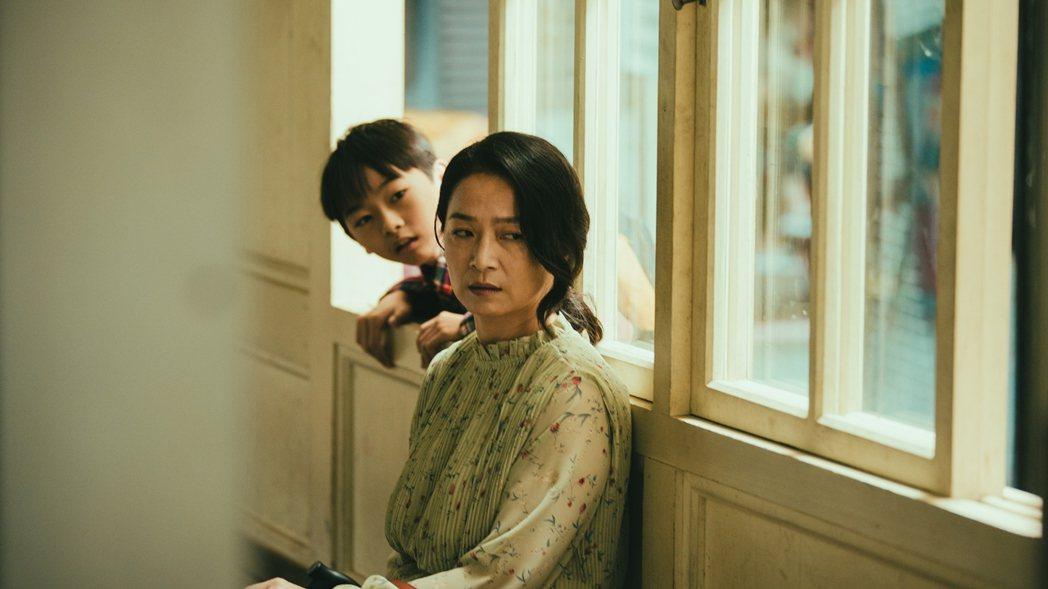 謝瓊煖(右)在「若是一個人」戲中,面對兒子「小志明」陳玄家,時而冷漠、時而關愛。...