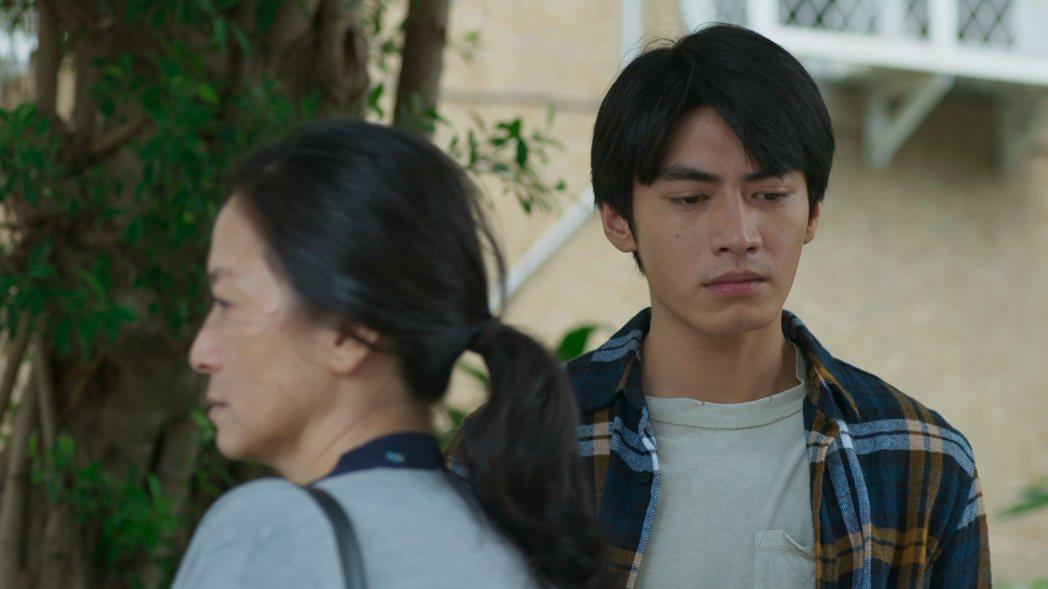 宋柏緯(右)在「若是一個人」戲中面對當年拋棄自己的生母謝瓊煖,情感複雜。圖/華視...