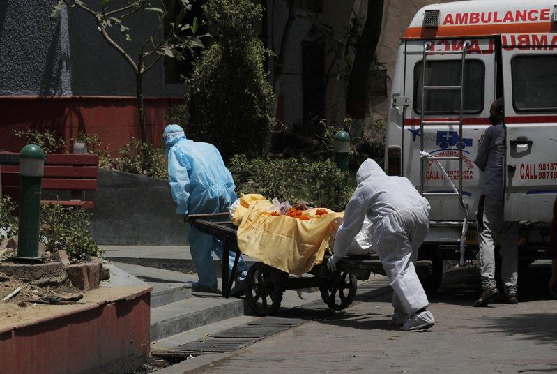 印度衛生部1日表示,新冠肺炎確診人數破19萬人,超越法國成為世界上病例數第7多的國家。圖為德里的醫護人員正在運送新冠肺炎病故者的遺體。美聯社