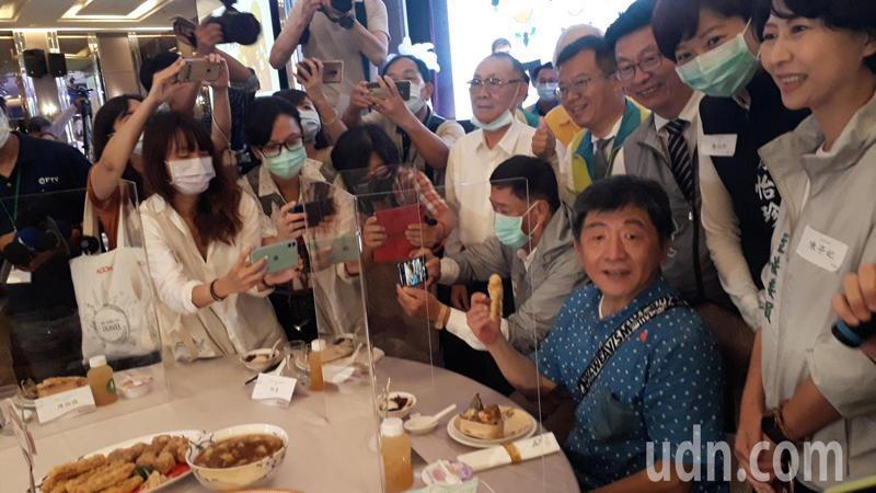 陳時中吃飯時不斷有民眾包圍拍照自拍。記者周宗禎/攝影
