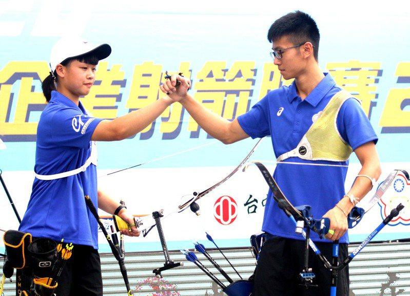 協會青年隊蘇于洋(右)和施孟君(左)比賽中互相打氣。圖/中華企業射箭聯盟提供