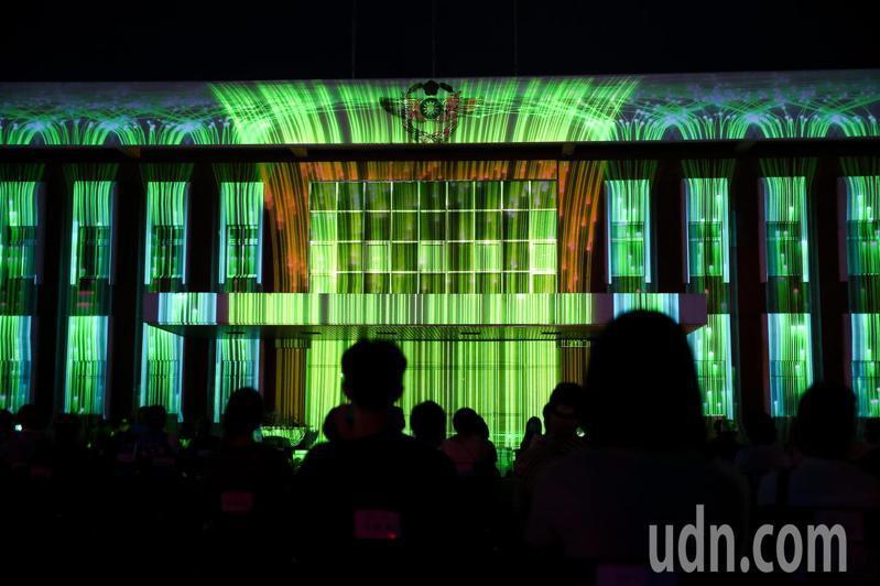 空總臺灣當代文化實驗場拆除圍牆,五月正式開放為無牆的文化美學公園,首檔表演「限時動態公園」夜間在公園內演出。記者余承翰/攝影