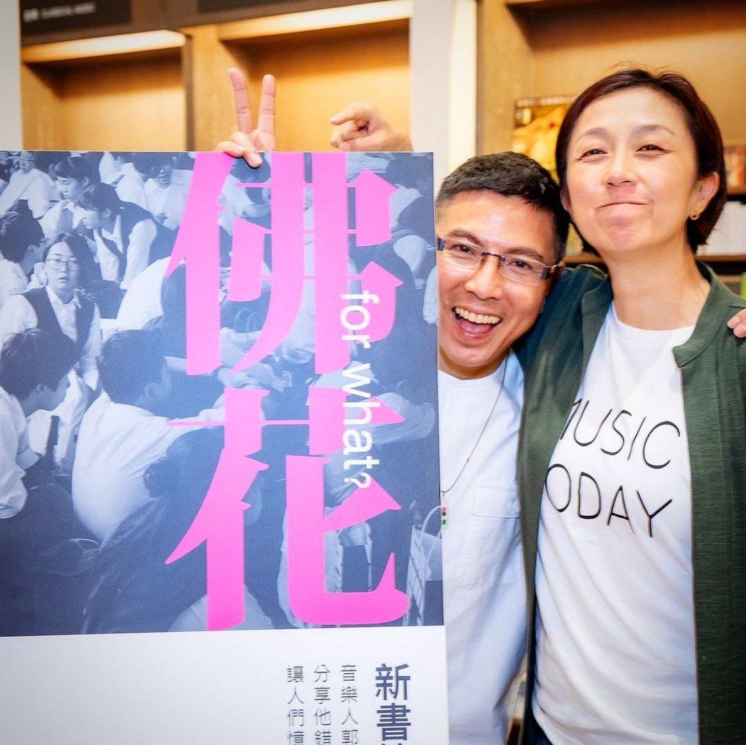 郭蘅祈(左)高雄場簽書會,邀來好友黃韻玲擔任助陣嘉賓。圖/摘自臉書