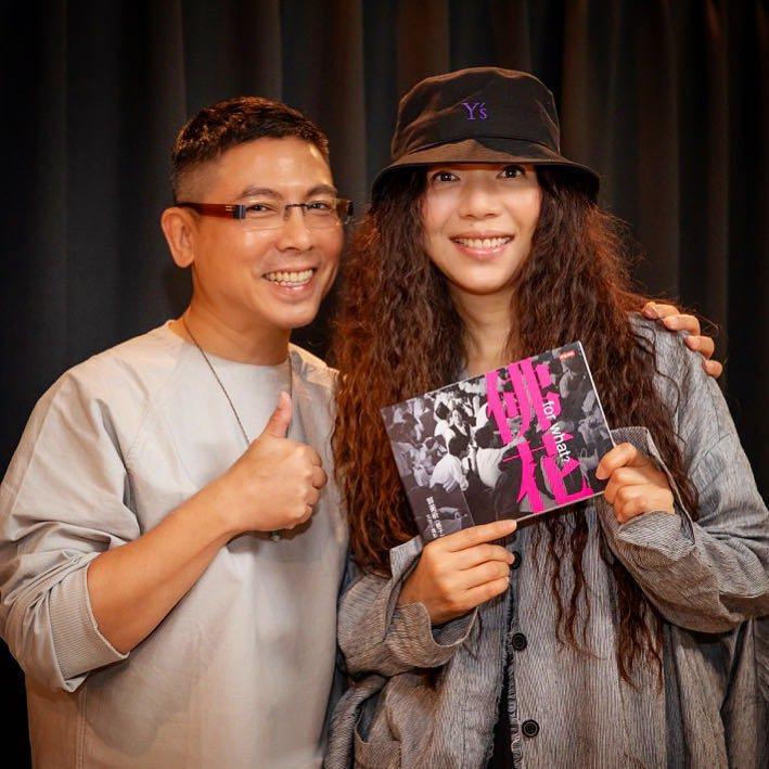 郭蘅祈(左)台北場簽書會,邀來好友萬芳擔任助陣嘉賓。圖/摘自臉書