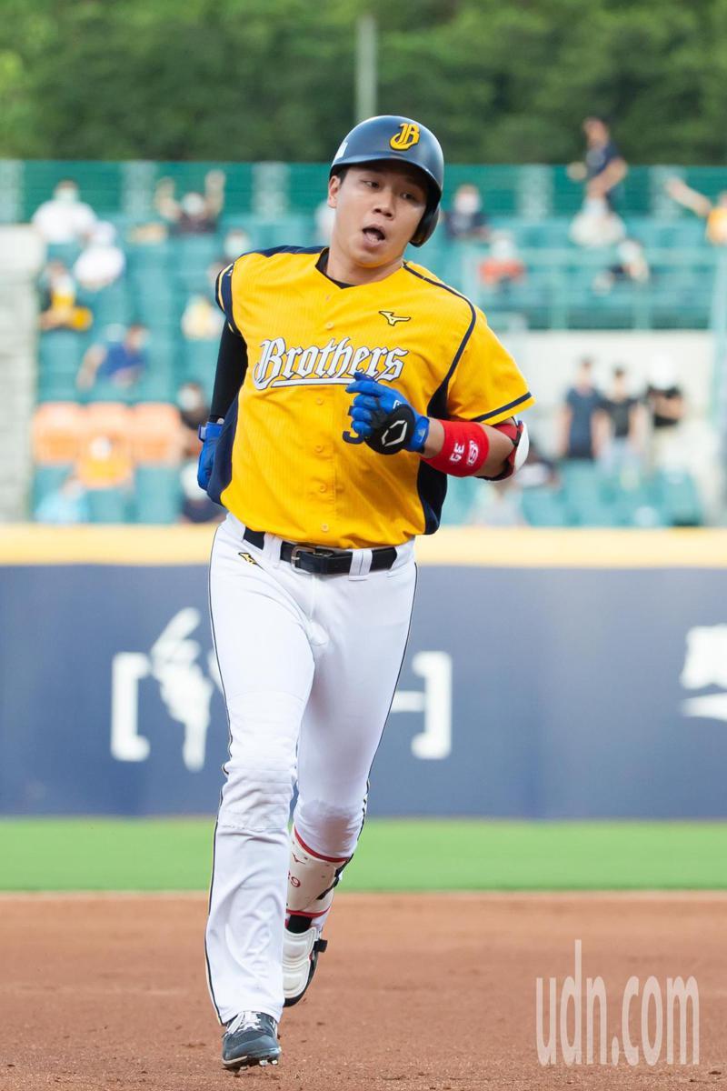 中信兄弟詹子賢在第二局及四局各擊出一支兩分全壘打奪下單場MVP。記者季相儒/攝影