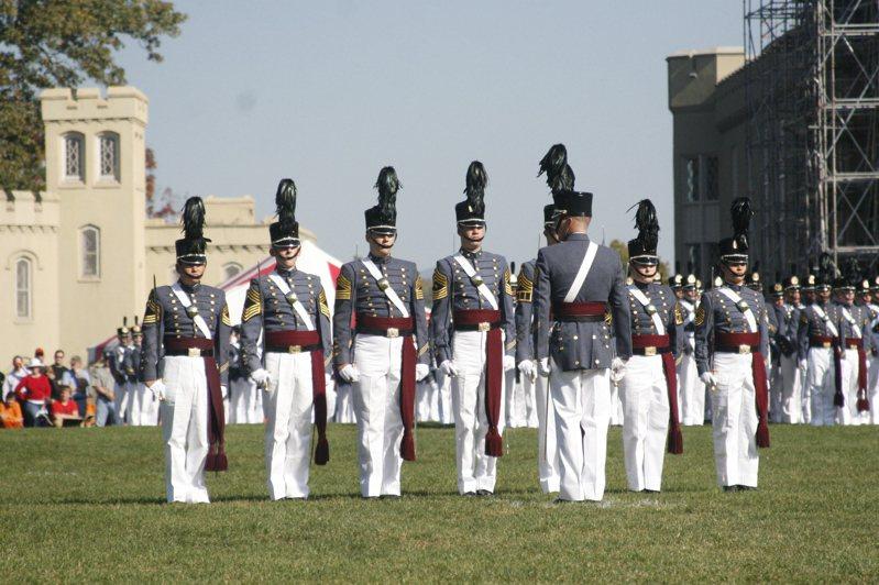 維吉尼亞軍校的校園與學生。圖/引自維基百科