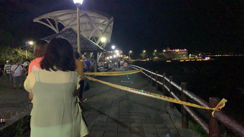 基隆外木山防坡堤外圍牆崩塌20公尺,拉封鎖線勿靠近。圖/議員宋瑋莉提供