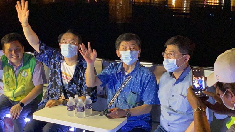 衛福部長陳時中(左三)今晚在台南市長黃偉哲(左二)的陪同下,搭乘運河遊船。記者鄭維真/攝影