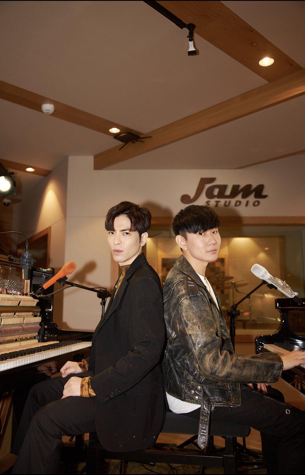 蕭敬騰(左)與林俊傑今晚受央視「全球中文音樂榜上榜」之邀,再度合體獻唱共同創作新