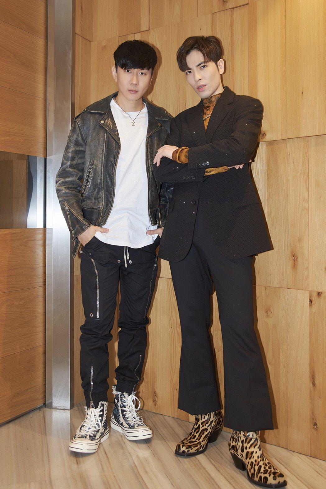 蕭敬騰(右)與林俊傑今晚受央視「全球中文音樂榜上榜」之邀,再度合體獻唱共同創作新...