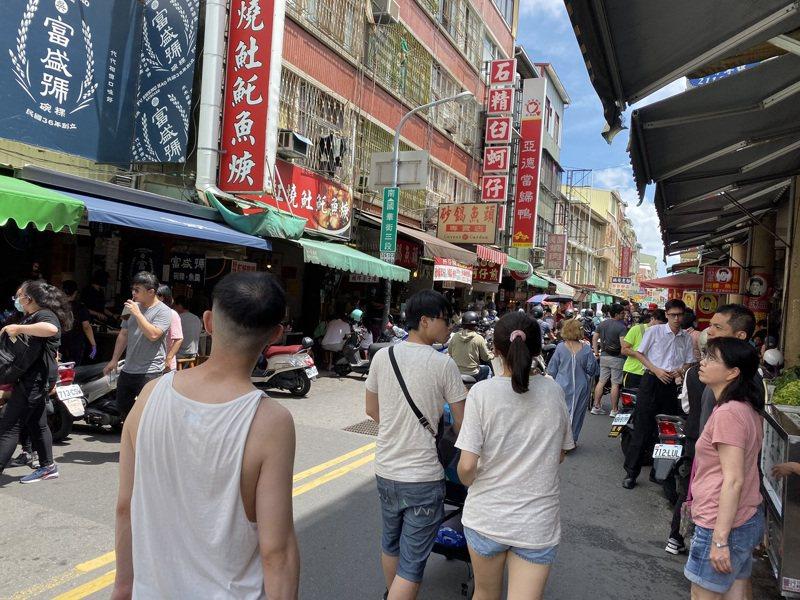 台南市中西區國華街「小吃一級戰區」昨天人潮明顯增加。記者鄭維真/攝影