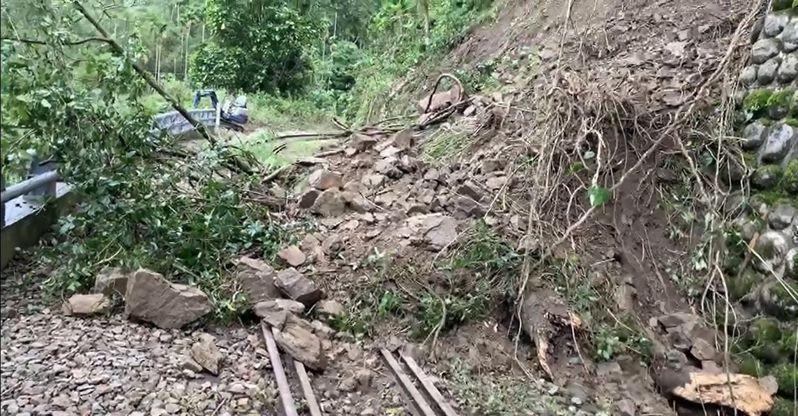 嘉義縣阿里山林鐵26K+880處獨立山車站附近上邊坡土石滑落,列車無法通行,昨起停駛。 圖/阿里山林鐵文資處提供