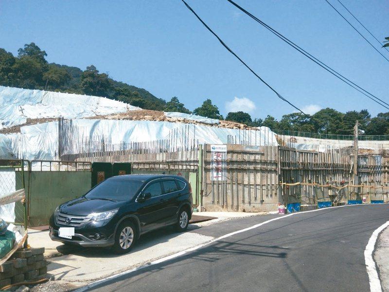 學人們的集村農舍正在基隆七堵動工,地方人士擔心變相成山林間豪宅。 記者游明煌/攝影