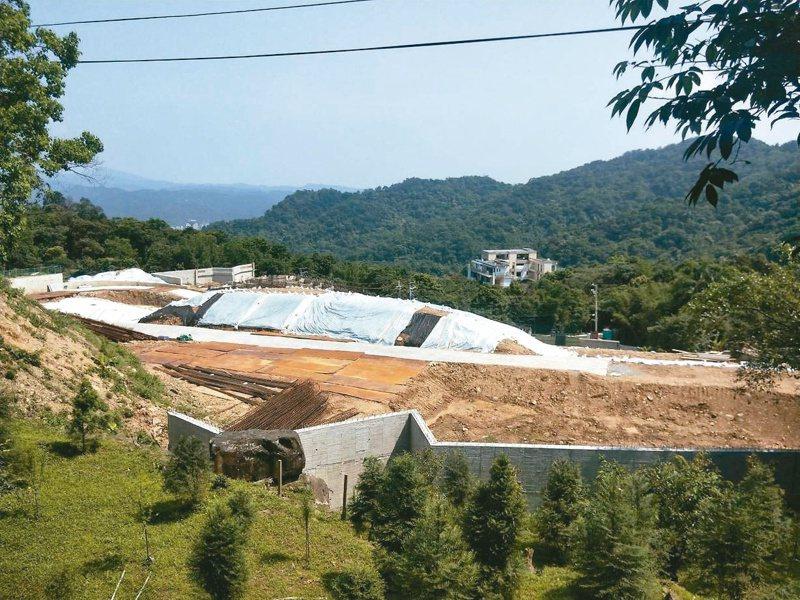 學人們的集村農舍正在基隆七堵的姜子寮山腰動工,是基隆首件合法集村農舍興建案。 記者游明煌/攝影