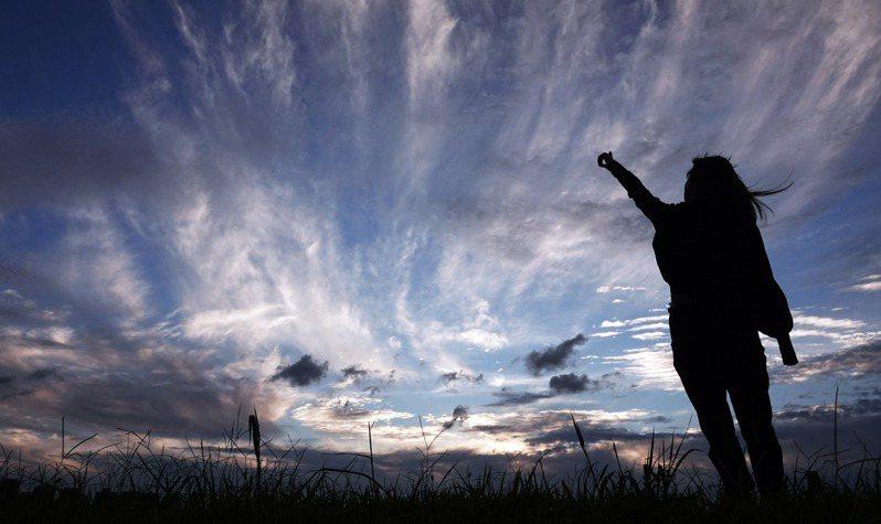 梅雨鋒面遠離,天氣逐漸回復到酷夏午後雷雨的天氣,昨天下午的一場大雨來得快去得急,從原本的烏雲轉為藍天,傍晚時分,雲朵更在陣陣強風吹送下,拖出長長的尾巴,猶如飄逸的長髮,在天空中呈現出一幅柔軟而美麗的景象。 記者杜建重/攝影