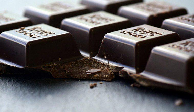 富含黃烷醇的黑巧克力,可放鬆血管、促進血液流動,進而降低血壓。圖/pixabay