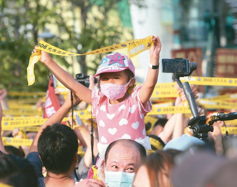 「罷韓演習」昨在岡山登場,連小朋友也高舉罷韓黃絲帶。記者劉學聖/攝影