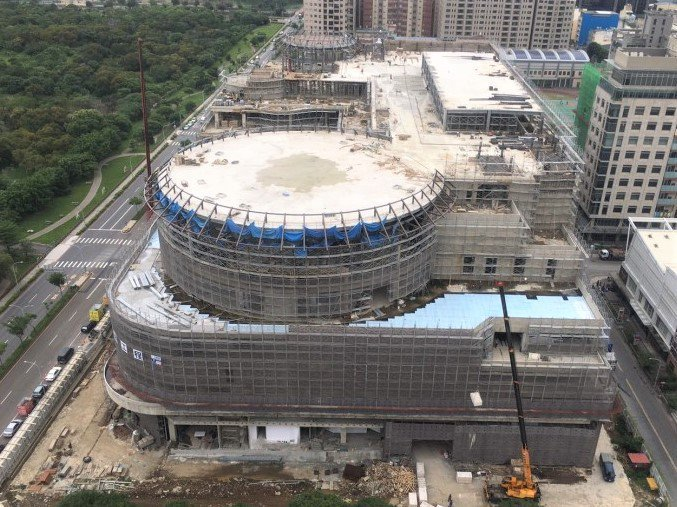 遠東集團在竹縣投資的第1個百貨商場竹北新世紀購物中心,受疫情影響無法如期在7月完工試營運。圖/新竹縣政府提供