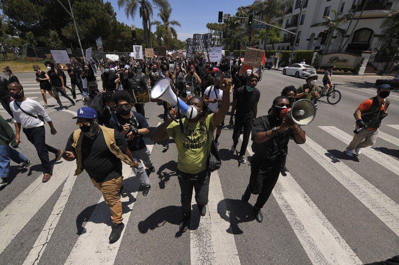 加州州長30日晚間宣布,洛杉磯市、洛杉磯縣進入緊急狀態,下令國民兵協助警方維持秩序。 美聯社
