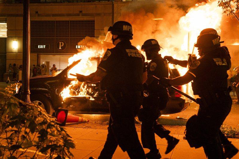 美警方強壓非裔男子致死案引起的美國各州暴力抗議活動,我外交部今日調升旅遊警示燈號為紅色。圖/歐新社