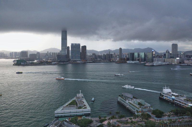 美國宣布多項措施制裁香港,讓香港蒙上一層陰影,有如近日維多利亞港上密布的烏雲,即將狂風驟雨。圖/世界日報提供