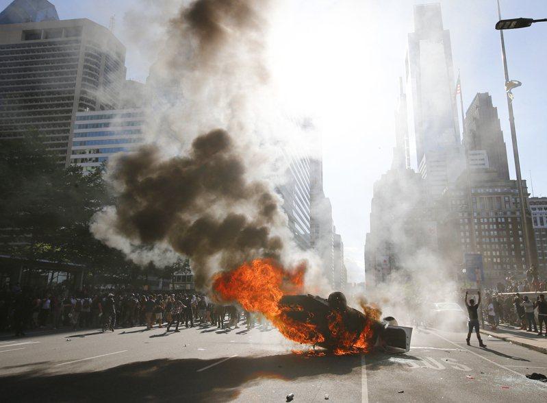 明尼蘇達:大火燃燒,數千抗議者無視宵禁。圖/世界日報提供