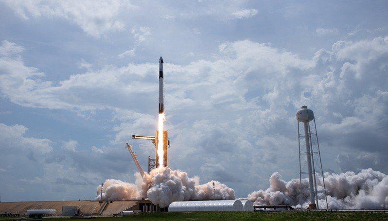SpaceX昨(31日)從佛羅里達州甘迺迪太空中心(Kennedy Space Center)順利發射「獵鷹9號」(Falcon 9)火箭,以全新「飛龍號」(Crew Dragon)太空船把美國太空人送往ISS。 歐新社