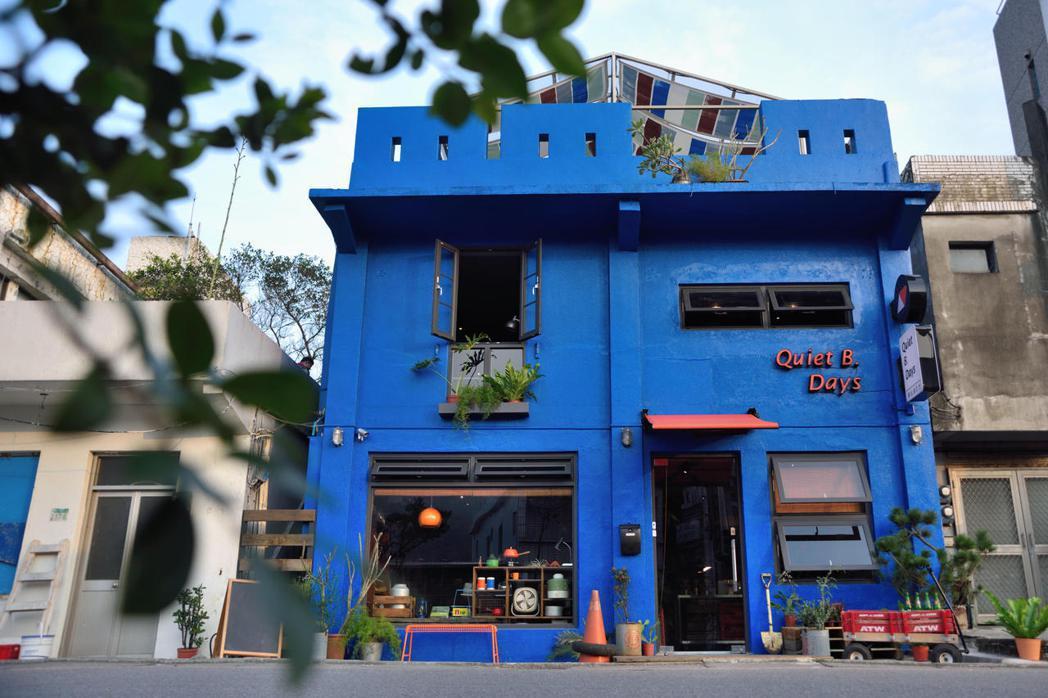 開業四年,這棟藍色小屋的魅力擄獲不少人的芳心。 圖/Q.B. Days 靠北過日...