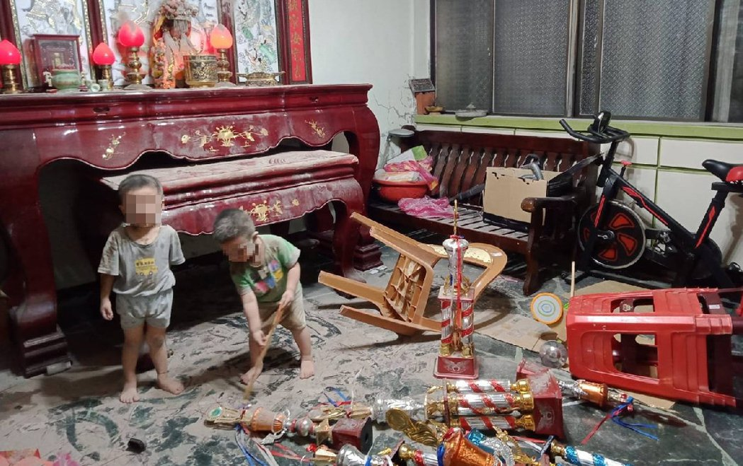 小孩當起拆除大隊把家裡搞得天翻地覆。圖擷自facebook
